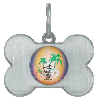 El practicar surf, surfboarder con la palma y placas de mascota