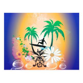 El practicar surf, surfboarder con la palma y postal
