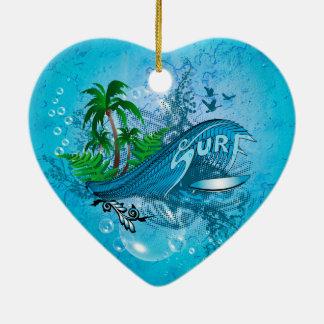 El practicar surf, tabla hawaiana con la palma adorno navideño de cerámica en forma de corazón