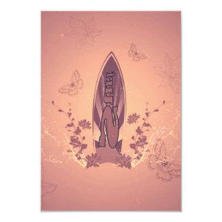 """El practicar surf, tabla hawaiana con las flores invitación 3.5"""" x 5"""""""