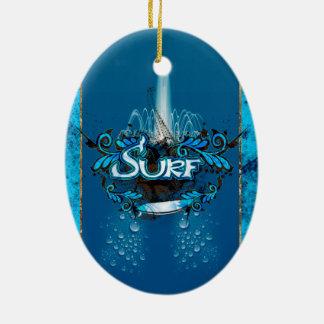 El practicar surf, tabla hawaiana con los adorno navideño ovalado de cerámica