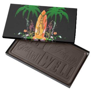 El practicar surf, tabla hawaiana y flores barra de chocolate negro grande