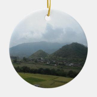 el prado del cielo del campo contiene la montaña adorno navideño redondo de cerámica