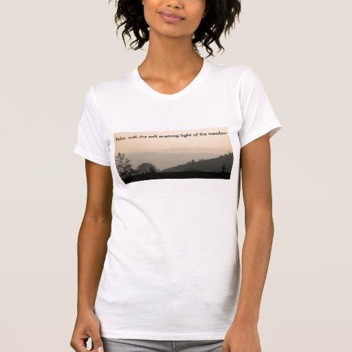 el prado suave, se relaja con la luz suave de la t camisetas