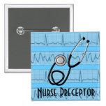 El Preceptor de la enfermera abotona el estetoscop Pins