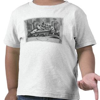 El Prentice ocioso en el juego en la yarda de la Camiseta