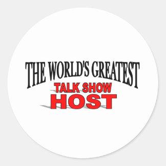 El presentador de un programa de entrevistas más pegatina redonda