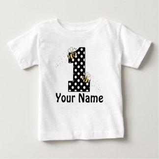 El primer cumpleaños manosea la camiseta remeras