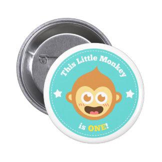 El primer cumpleaños, pequeño mono es uno pin redondo 5 cm