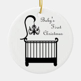 El primer navidad 2010 del pesebre del bebé adorno navideño redondo de cerámica