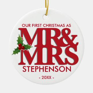 El primer navidad como Sr. y señora casó el Adorno Navideño Redondo De Cerámica