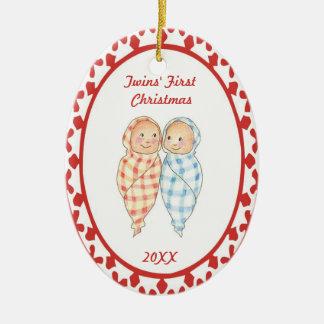 El primer navidad de los gemelos envolvió el adorno navideño ovalado de cerámica
