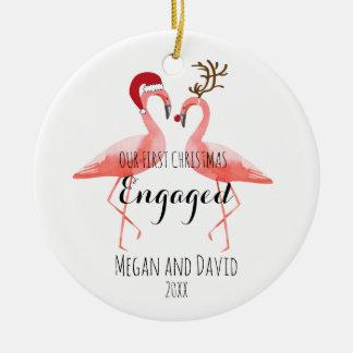 El primer navidad dedicó o casó flamencos adorno navideño redondo de cerámica