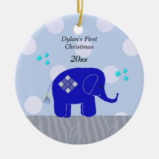 El primer navidad del bebé azul del elefante adorno navideño redondo de cerámica