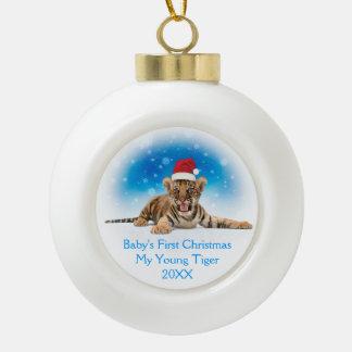 El primer navidad del bebé dulce del tigre el | adorno de cerámica en forma de bola