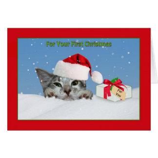 El primer navidad del bebé, gato en nieve tarjeta de felicitación