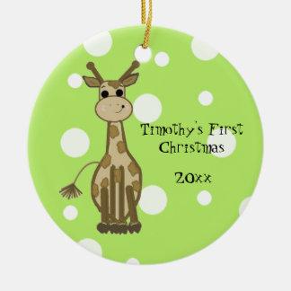 El primer navidad del bebé lindo de la jirafa adorno navideño redondo de cerámica