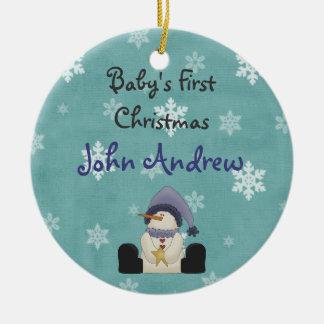 El primer navidad del bebé lindo personalizado del adorno navideño redondo de cerámica
