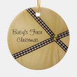 El primer navidad del bebé manosea el ornamento de adornos de navidad