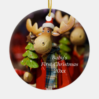 El primer navidad del bebé personalizó el adorno navideño redondo de cerámica