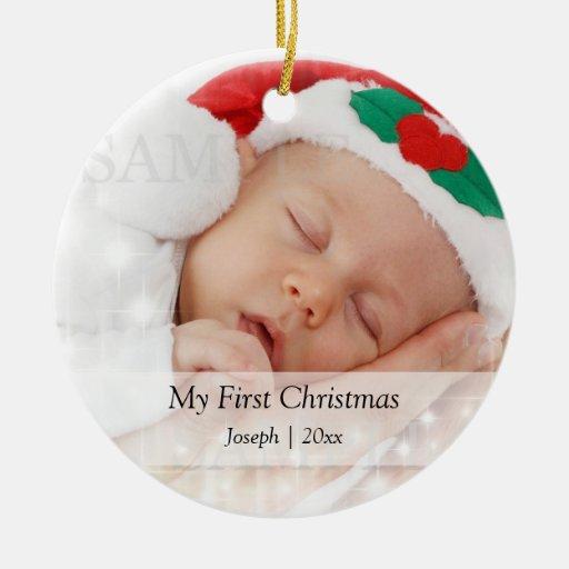 El primer navidad del bebé personalizó la adorno navideño redondo de cerámica
