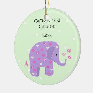 El primer navidad del bebé púrpura del elefante adorno navideño redondo de cerámica