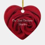 El primer navidad del corazón color de rosa junto  adorno para reyes