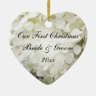 El primer navidad del Hydrangea blanco junto Adorno Navideño De Cerámica En Forma De Corazón