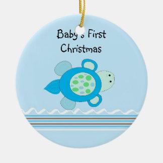El primer navidad del pequeño bebé de la tortuga adorno navideño redondo de cerámica