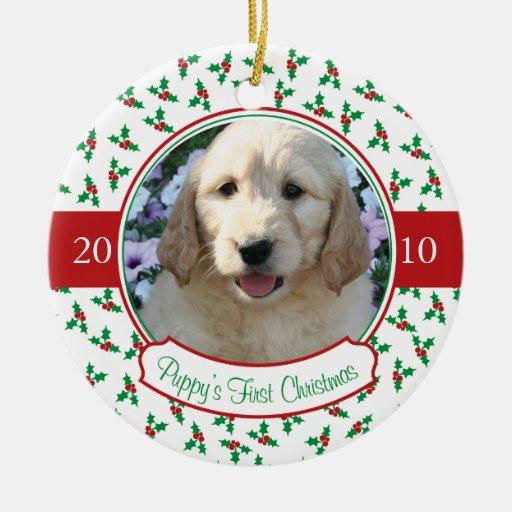 El primer navidad del perrito - acebo y bayas adorno navideño redondo de cerámica