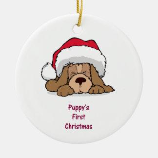 El primer navidad del perrito adorno navideño redondo de cerámica