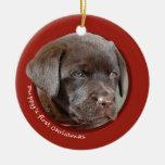 El primer navidad del perrito (labrador retriever) adorno redondo de cerámica
