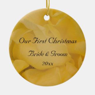 El primer navidad del rosa amarillo junto adorna adorno redondo de cerámica