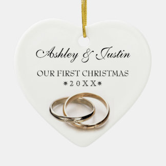 El primer navidad entrelazó los anillos de bodas adorno para reyes