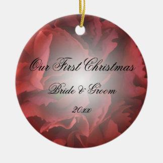 El primer navidad floral rojo junto adorna ornamento de navidad