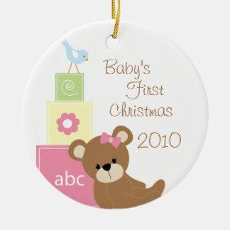 El primer oso del navidad del bebé bloquea el adorno redondo de cerámica