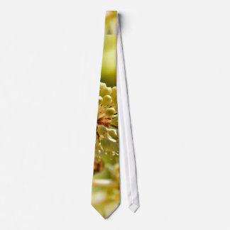 El primer temático, una abeja aterriza en una flor corbatas