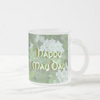El primero de mayo feliz heló la taza de cerveza