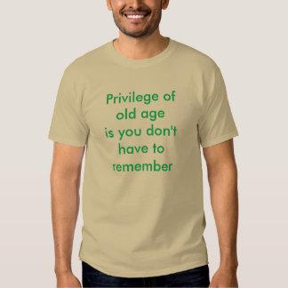 El privilegio de la edad avanzada es usted no hace polera