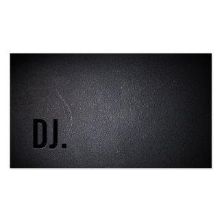 El profesional ennegrece hacia fuera la tarjeta de tarjetas de negocios