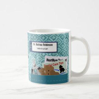 El profesional veterinario personalizado friega el taza clásica