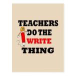 El profesor divertido hace la cosa de la escritura postal