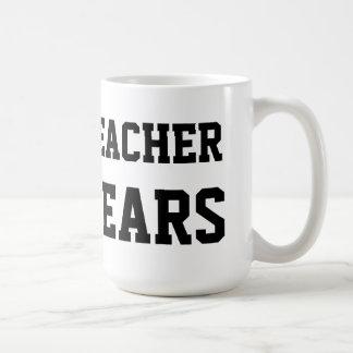 El profesor rasga la taza de café