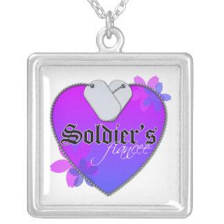 El prometido del soldado collar plateado