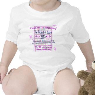 El proyecto del edredón del estante para libros de traje de bebé