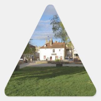 El Pub del molino y la charca del molino en Pegatina Triangular