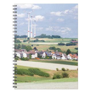 El pueblo alemán contiene los molinoes de viento y spiral notebook