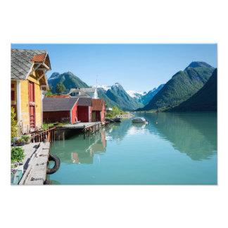 El pueblo de Fjærland y un fiordo en Noruega Cojinete