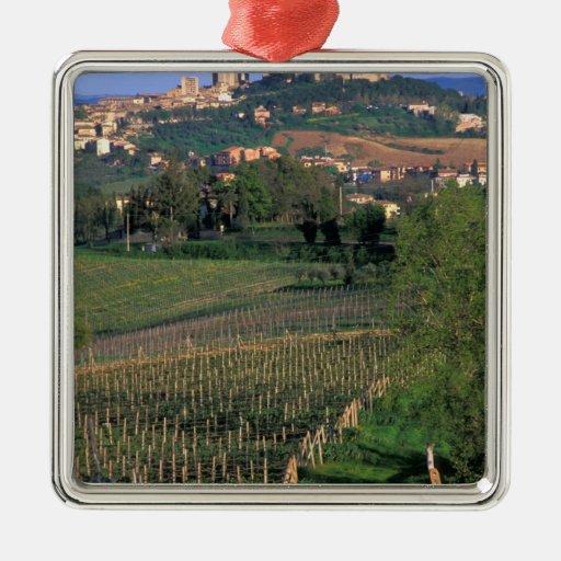 El pueblo de San Gimignano se sienta en el balance Adorno