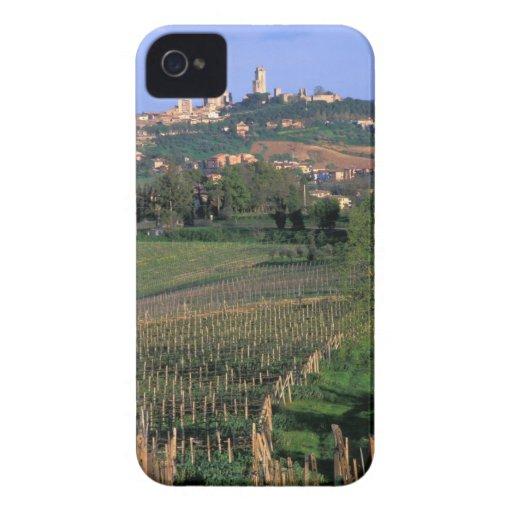 El pueblo de San Gimignano se sienta en el balance iPhone 4 Case-Mate Coberturas